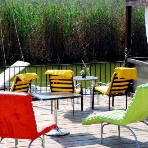Salon-de-mese-si-terasa-pe-malul-lacului (6)
